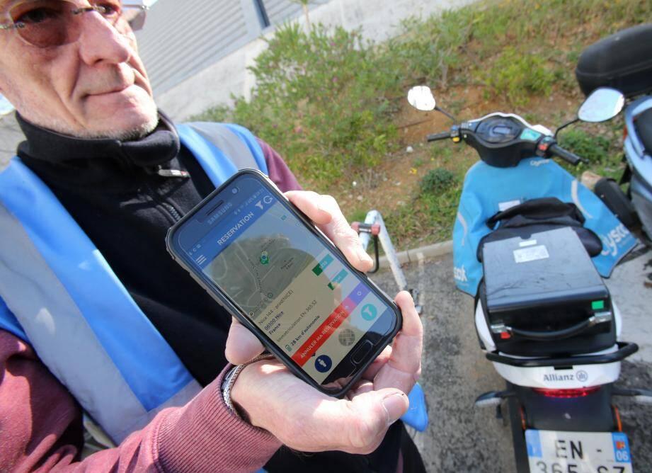 """C'est sur l'application que Patrick et les autres loopers situent les scooters à travers la ville. """"On doit visiter chaque scooter tous les deux jours"""", explique le directeur."""