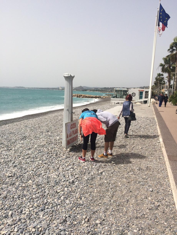 Sur le bord de mer cagnois, hier, les promeneurs lisaient avec attention l'arrêté municipal placardé le long du littoral... Ce qui n'empêchait pas certains de mettre quand même les pieds à l'eau.