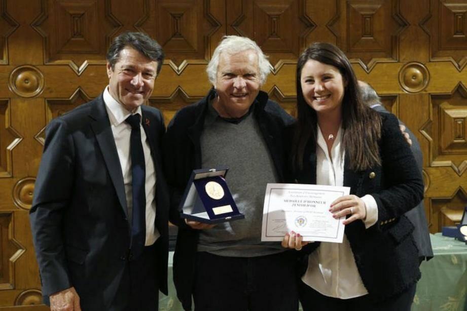 Lors de la remise du « Zénith d'or » à Raymond Gibert, par le maire de Nice, Christian Estrosi, et la député Marine Brenier, au Centre universitaire méditerranéen.(DR)