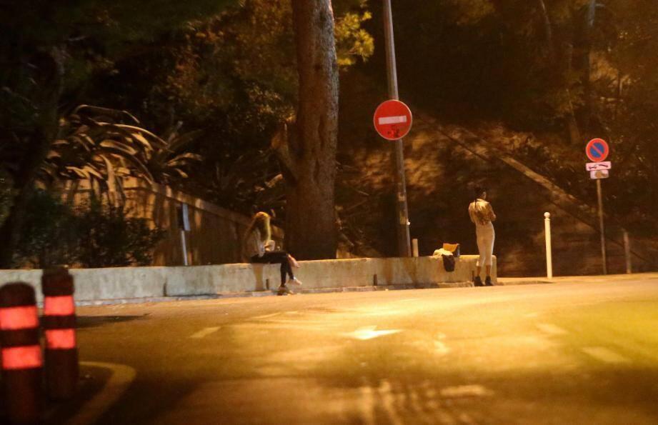 Une jeune femme complètement ivre et des prostituées ont été victimes de deux violeurs prédateurs.
