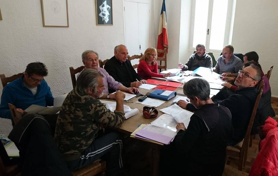 Le conseil municipal de Guillaumes réuni autour du maire Jean-Paul David (au centre à gauche).