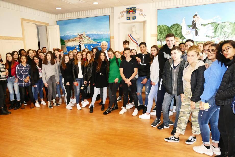 Les lycéens italiens et français réunis dans la salle des mariages de l'hôtel de Ville, hier.