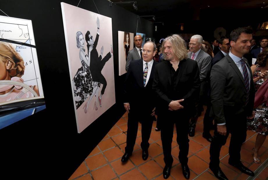 Le prince a été guidé dans l'exposition par l'artiste niçois Stéphane Bolongaro.