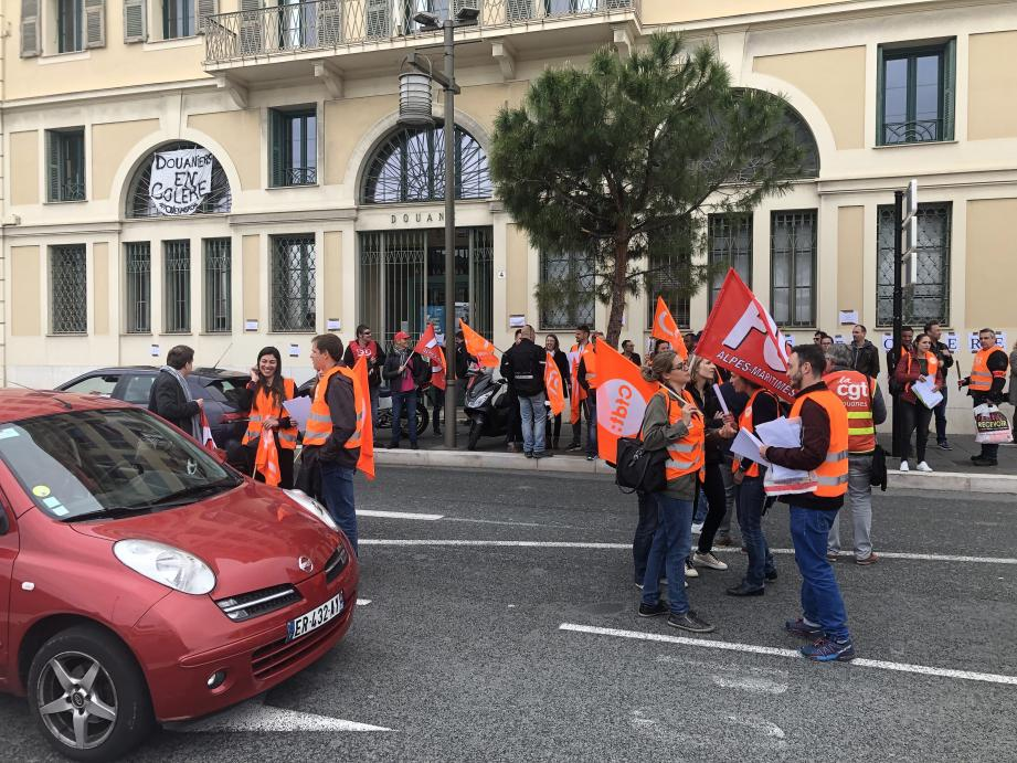 Les manifestants hier sur le port de Nice, tractant devant la douane pour les automobilistes.