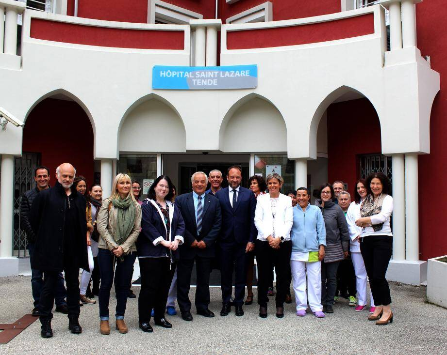 L'établissement tendais a désormais une direction unique avec le CHU de Nice.  Au centre, le nouveau directeur, Charles Guepratte, la directrice déléguée, Mylène Ezavin, et le maire de Tende, Jean-Pierre Vassallo (derrière, le Dr Gerschtein).