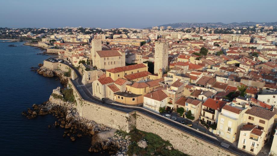 La promenade Amiral-de-Grasse, les fameux remparts, va elle aussi recevoir un nouveau revêtement. Mais coloré...