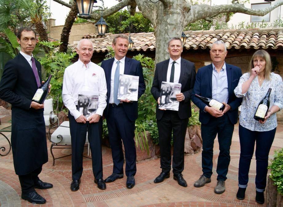 De gauche à droite : Pascal Paulze, chef sommelier de l'Oasis, Michel Ducros, président de Fauchon, Alain Marty, président-fondateur du Wine & Business Club, Bernard Cadeau, président du club de Cannes, Corinne et Jean-Paul Jamet, du Domaine Jamet.