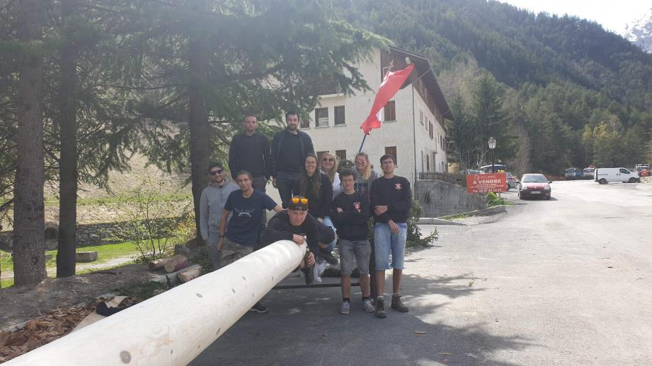 Les conscrits, avec le soutien des jeunes du comité des fêtes, devant l'arbre du « Mai  ».(DR)
