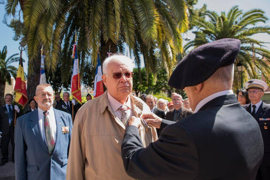 Bernard Vanmoen a reçu la Croix du Combattant.