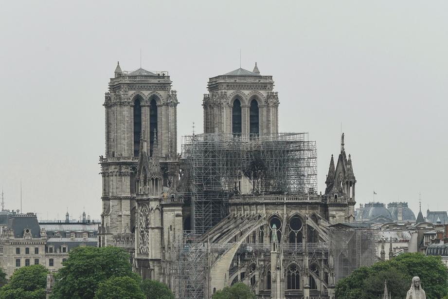 La cathédrale Notre-Dame au lendemain de l'incendie.