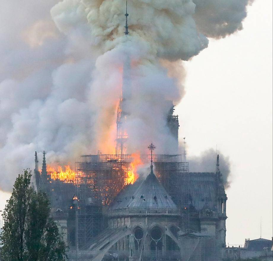 La cathédrale Notre-Dame de Paris en proie aux flammes.