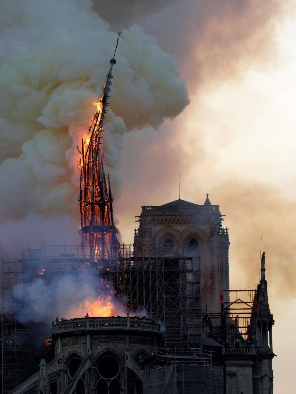 La flèche de la cathédrale Notre-Dame de Paris en train de s'effondrer.