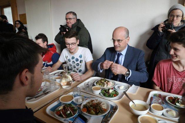Jean-Michel Blanquer déjeune avec des élèves d'Etang-sur-Arroux.