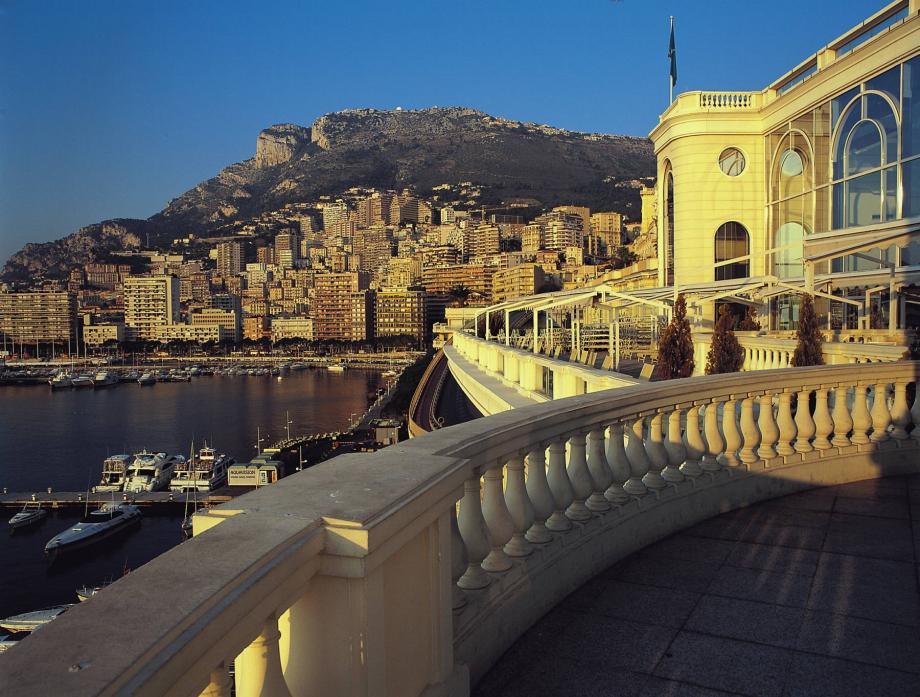 La victime aurait fait une chute fatale de plusieurs mètres depuis un jardin situé en surplomb de la terrasse des Thermes de Monte-Carlo.
