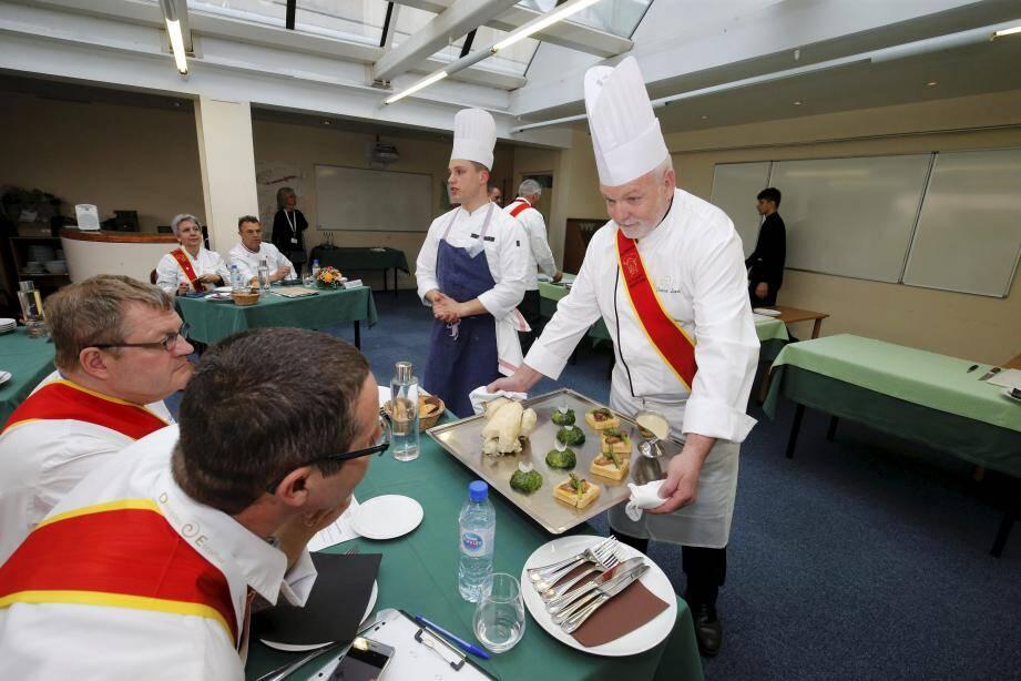"""D'un haut niveau, le concours """"Jeunes talents Escoffier"""" a la particularité de se disputer par équipes de deux: un élève-cuisinier et un élève-serveur."""
