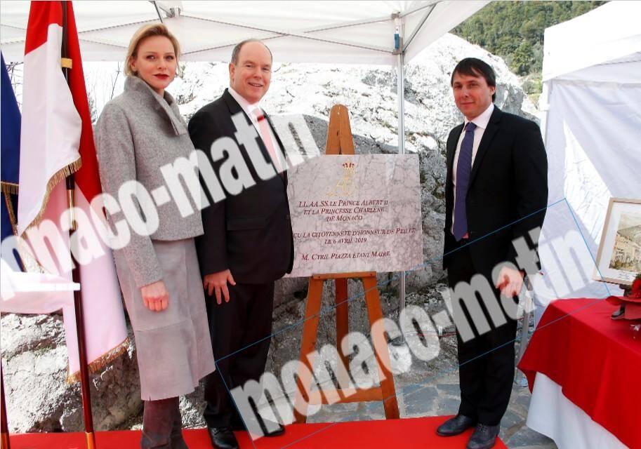 Le couple princier aux côtés du maire de Peille, Cyril Piazza. Ensemble, ils ont dévoilé la plaque faisant du prince et de la princesse des citoyens d'honneur.