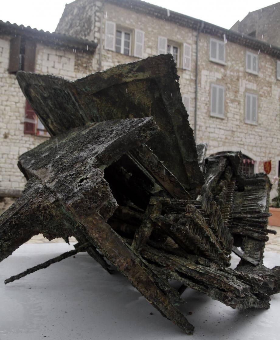 """Le piano d'Arman """"Accord parfait"""", donné à la ville, avait été exposé place du Frêne,sur le parvis du musée, en 2010."""
