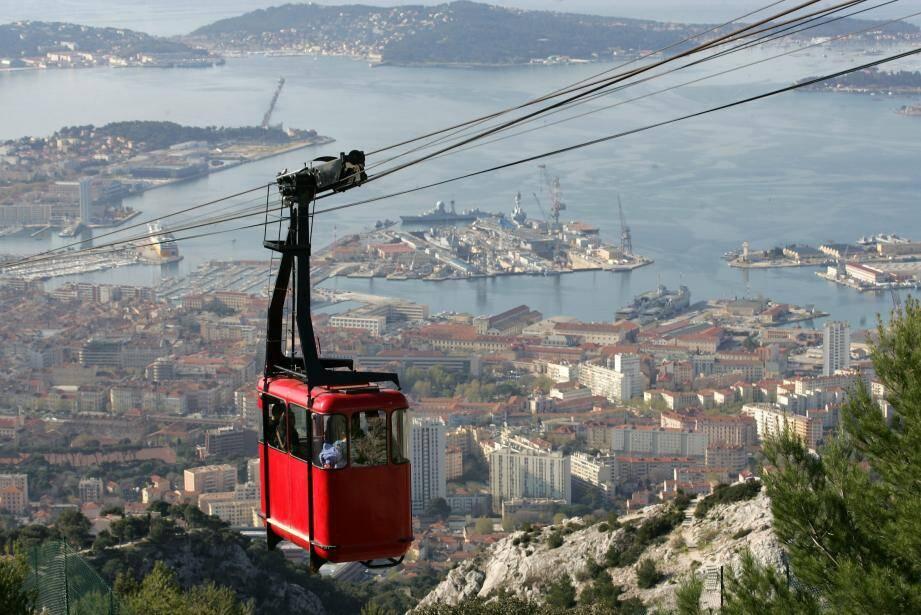 À Toulon, le téléphérique part de la ville et a un caractère très touristique. L'objectif est différent pour traverser la plaine du Var.
