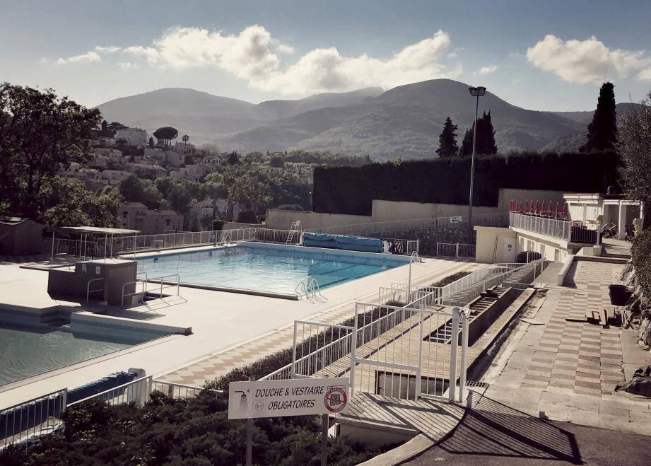 La piscine, actuellement en travaux, doit rouvrir le 12 mai.