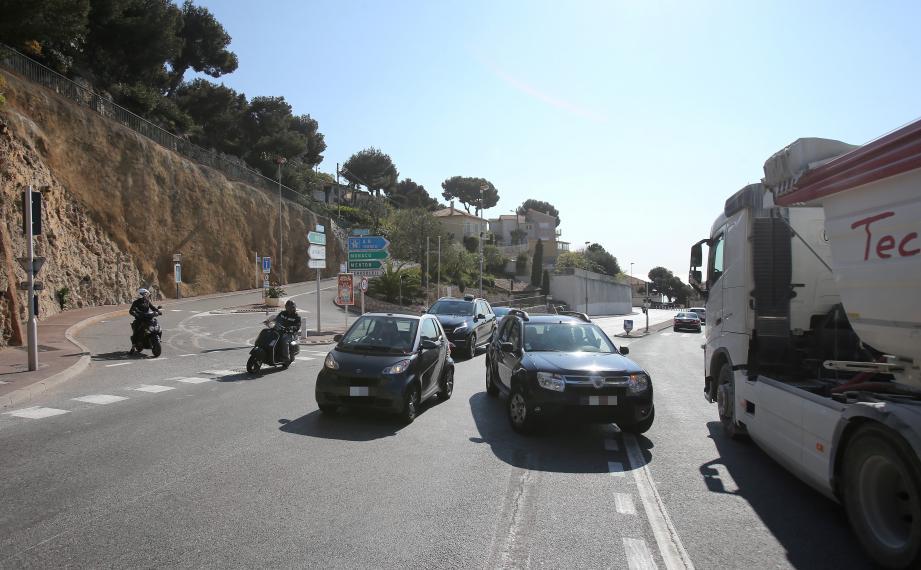 Des milliers d'automobilistes empruntent chaque jour cette route vers et depuis Monaco.  Le trafic y est dense.