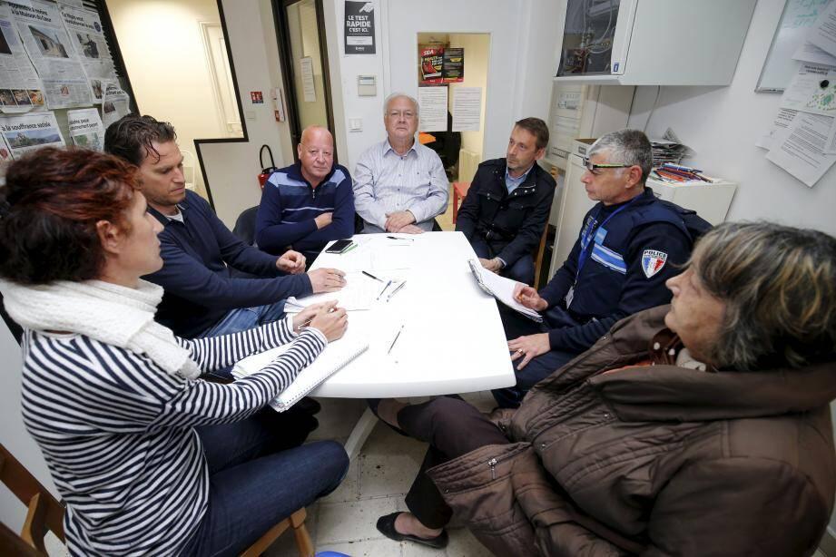 Représentants du Forum réfugiés, polices nationale et municipale ont échangé avec des riverains et des membres du comité de quartier pour tenter de trouver une solution.