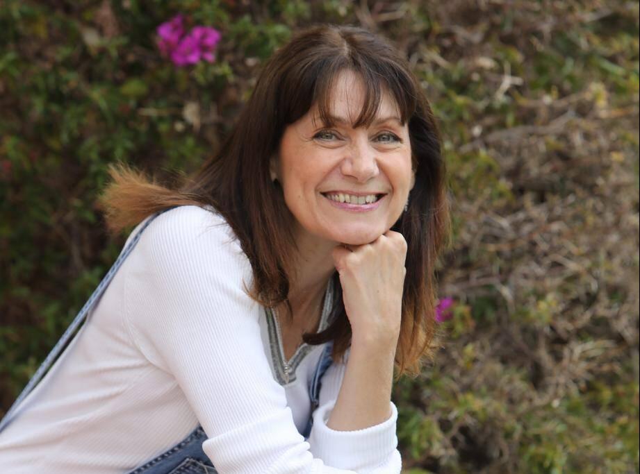 Après prèsde quarante ansde carrière sur scèneet les plateaux télés,Julie Bataille pose