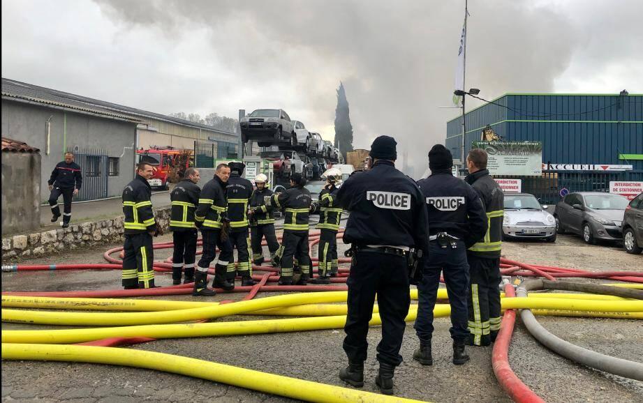 De très importants moyens de secours ont été déployé après l'incendie de l'entreprise Demoliauto à Grasse.