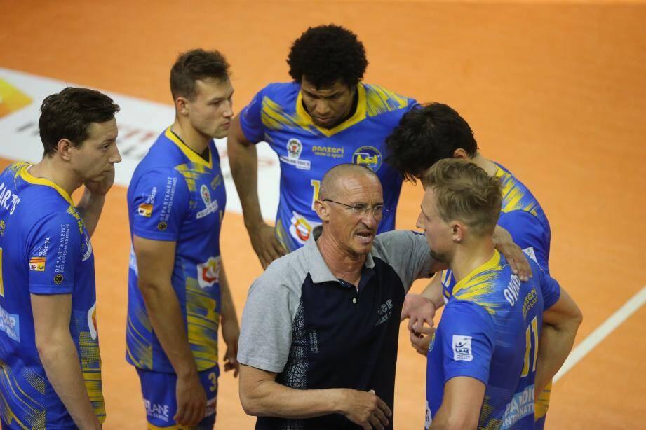 Mladen Kasic (ici au centre en gris) n'est devancé que par Frédéric Ferrandez, le coach d'Ajaccio.