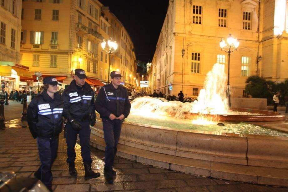 Les policiers municipaux se sont lancés à la poursuite de l'auteur présumé des faits, finissant par le stopper après une course entre le Vieux-Nice et le centre ville.