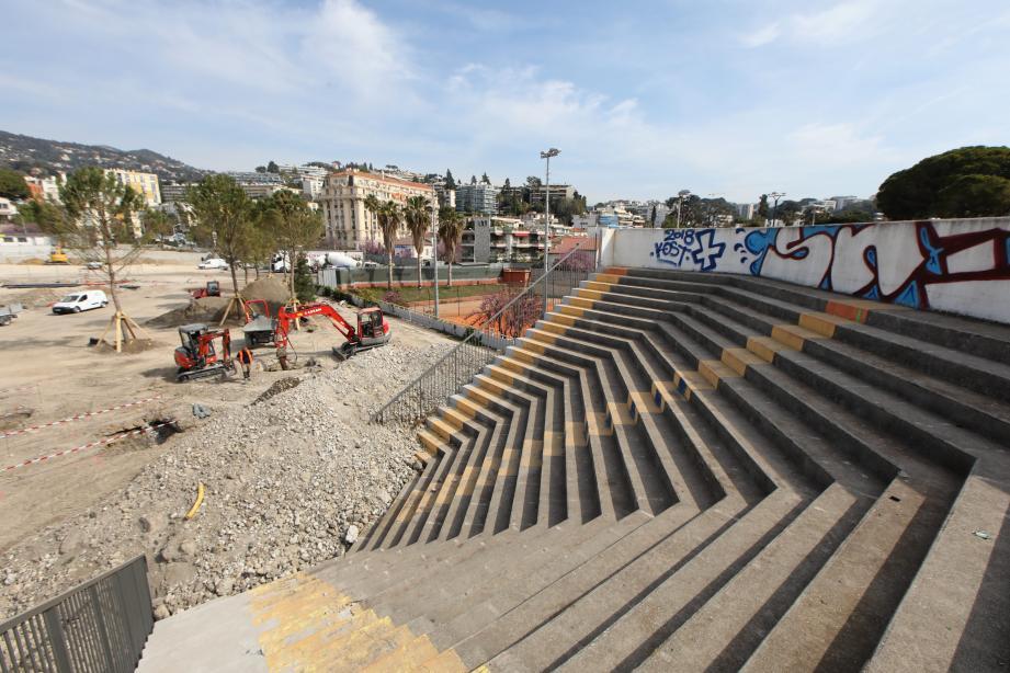 Seul reste debout l'angle Est de la tribune Sud du Ray. La structure est toujours visible et sera finalement intégrée au projet. De même que la Rotonde qui abritait la billetterie.