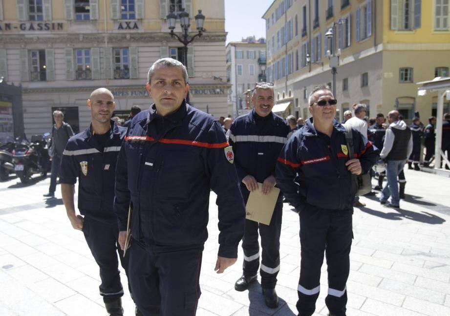 Une cinquantaine de sapeurs-pompiers se sont réunis devant le palmais de Justice de Nice ce mardi.
