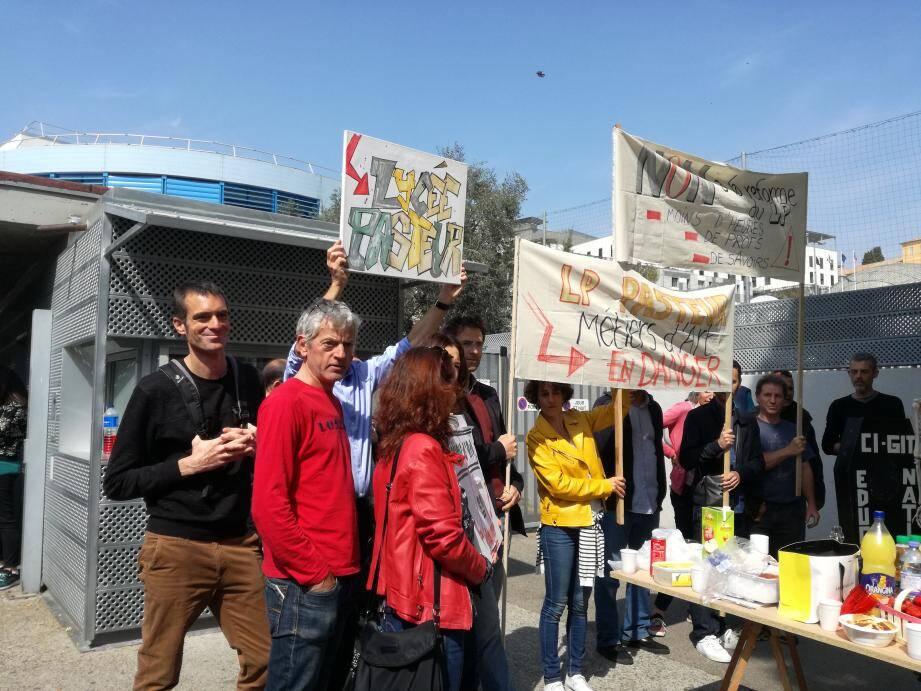 Le rassemblement des profs en colère au LP Pasteur à Nice.