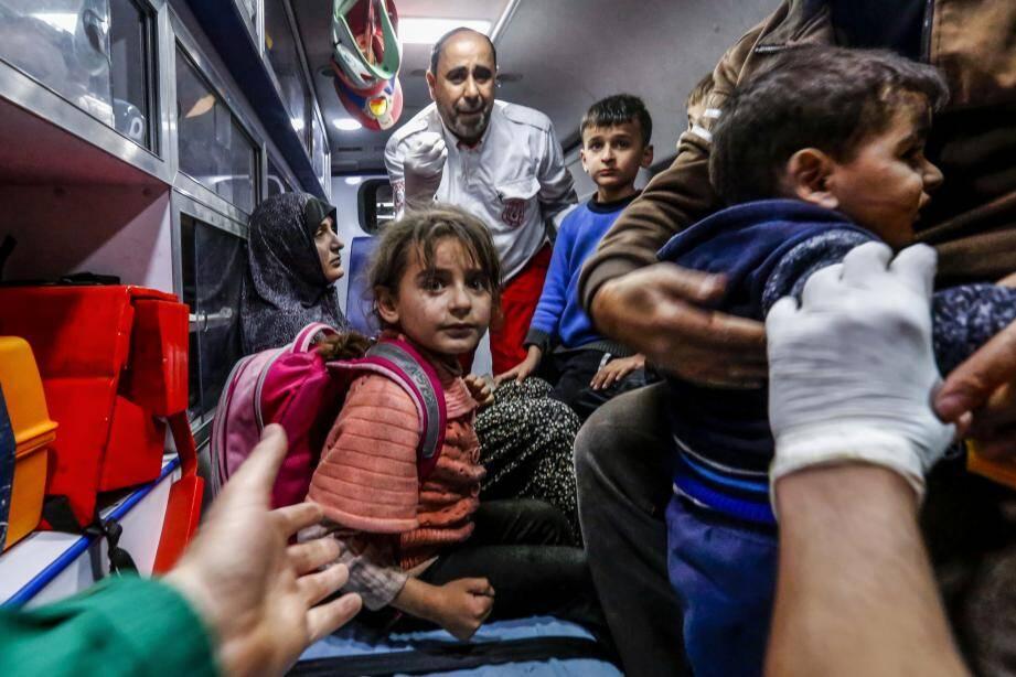 Une famille palestinienne patiente à l'intérieur d'une ambulance devant un hôpital à Beit Lahia, dans le nord de la bande de Gaza.