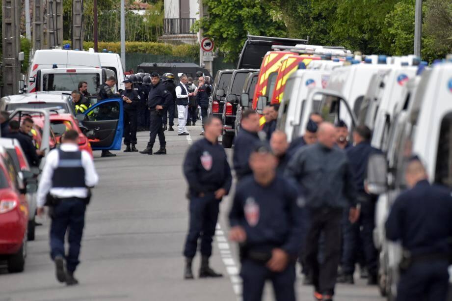 Des policiers près du lieu de la prise d'otages, ce mardi.