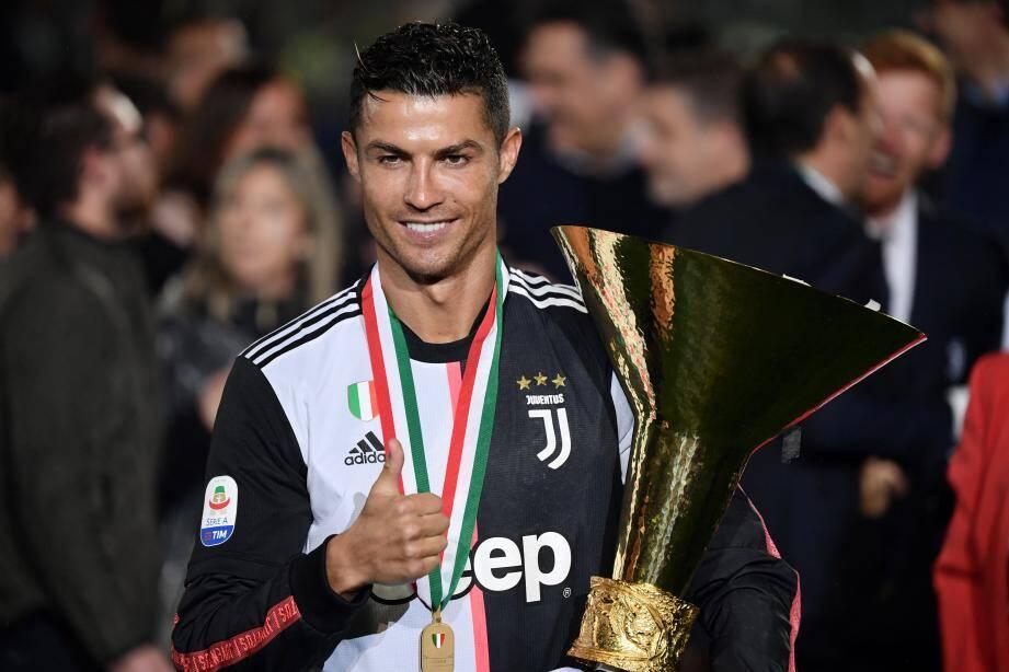 Cristiano Ronaldo avec le trophée de la Serie A, remporté avec la Juventus Turin pour sa première saison en Italie.