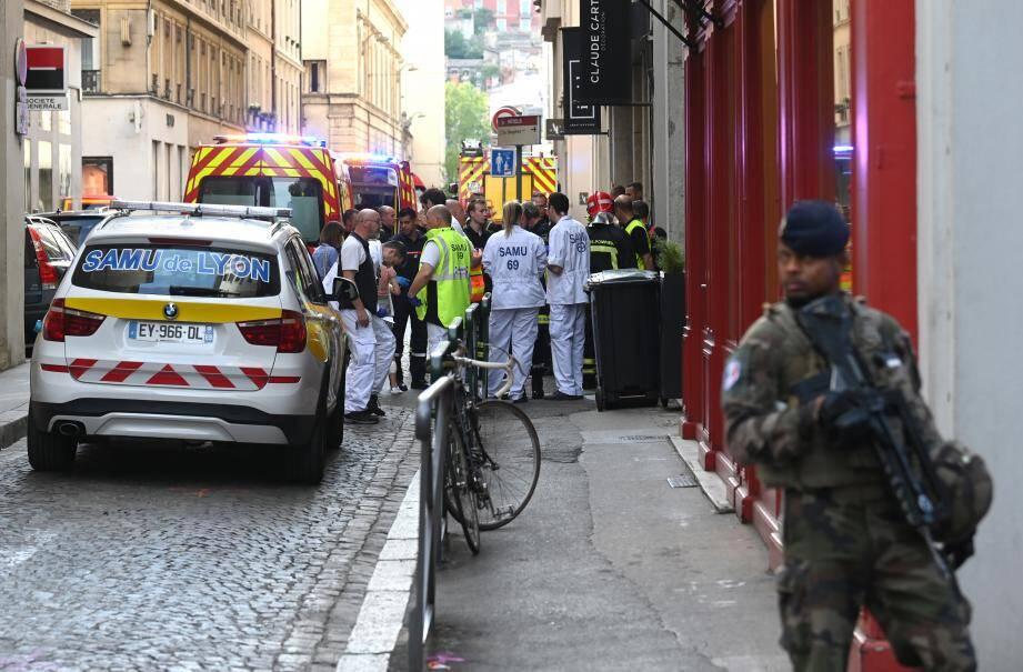 """Emmanuel Macron a qualifié d'""""attaque"""" l'explosion qui a fait huit blessés légers dans une rue piétonne de Lyon vendredi mais il n'y a """"pas de victime à ce stade"""", a ajouté le chef de l'Etat."""
