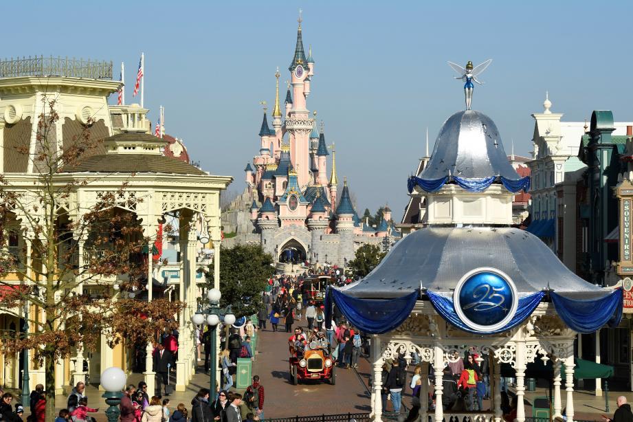 Une vue à l'intérieur du parc Disneyland Paris. Illustration.