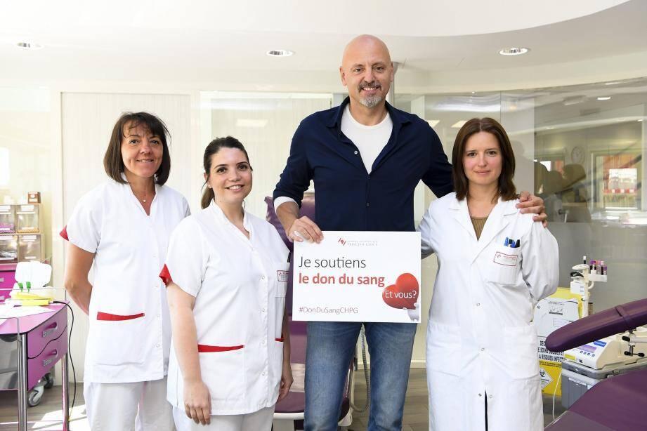 L'équipe du centre de transfusion sanguine et Sasa Obradovic, entraîneur de l'ASM.