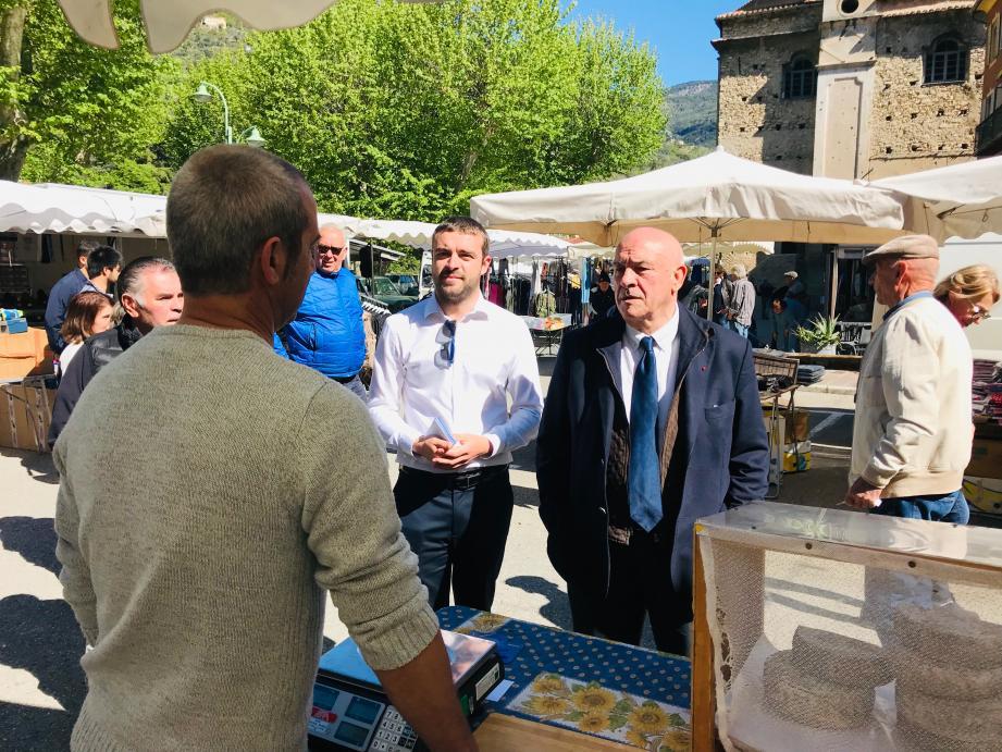 À Breil-sur-Roya, Bernard Asso a tracté sur le marché en compagnie de Sébastien Olharan, le candidat LR déclaré pour les prochaines élections municipales.