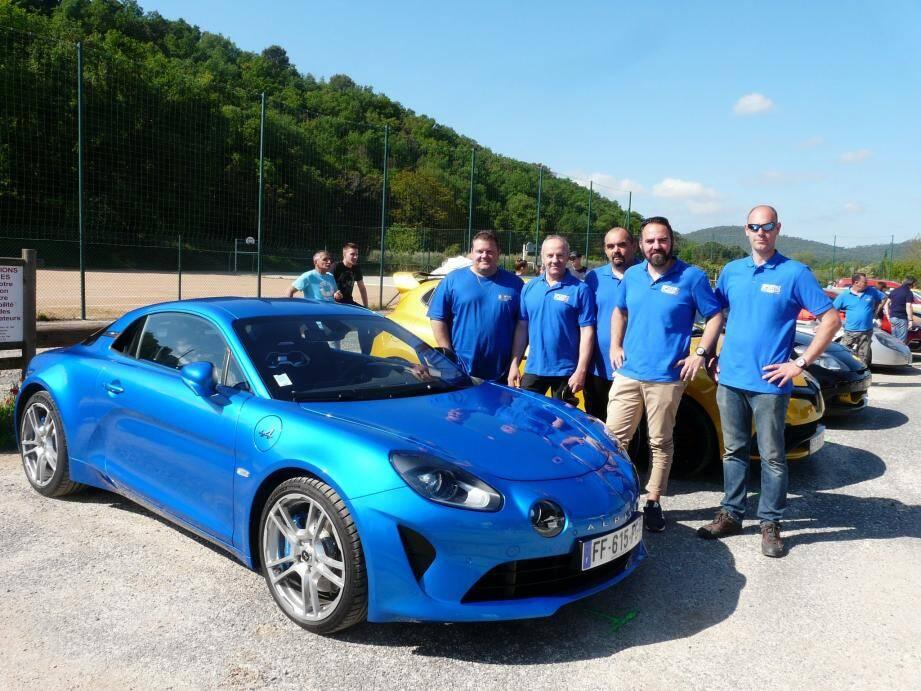 Michel Lorente (à gauche) et sa nouvelle équipe devant la dernière Alpine qui côtoyait les plus anciennes, Renault 5 sport, turbo, GT...