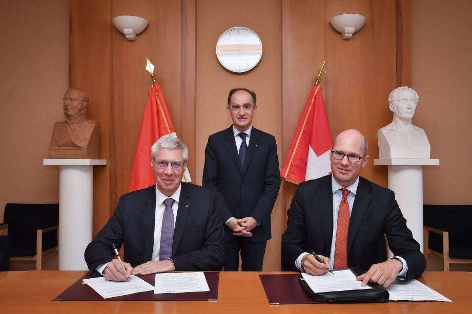 Philippe Boisbouvier, directeur par intérim du Service d'Information et de Contrôle sur les Circuits Financiers (SICCFIN) et Rupert Schaefer, représentant de l'Autorité fédérale suisse de surveillance des marchés financiers (FINMA) ont signé le protocole d'entente réciproque.