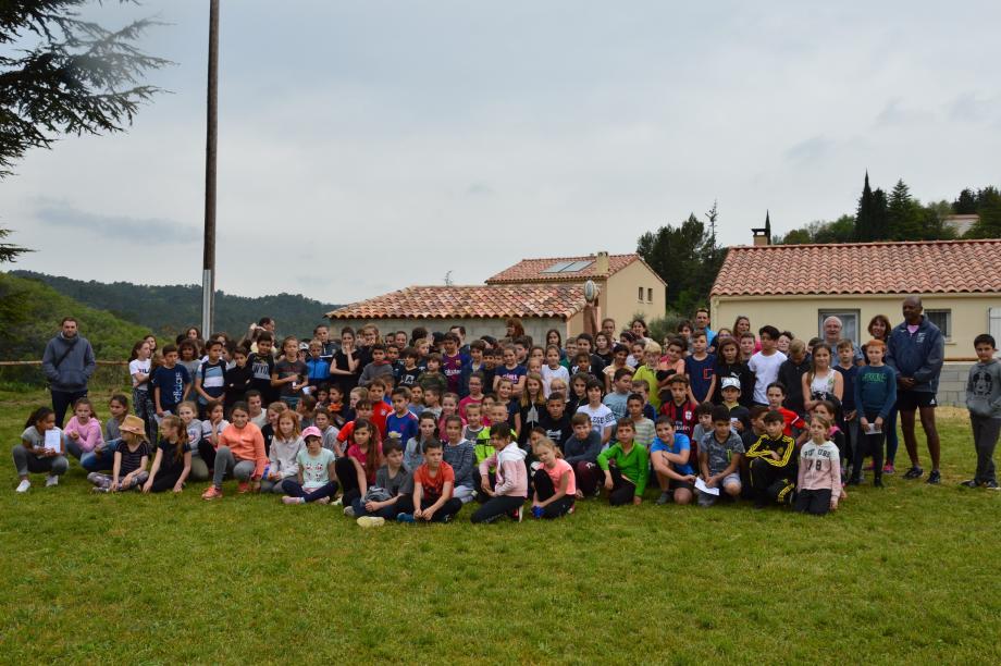 Sur le terrain de foot transformé pour l'occasion, 155 jeunes sportifs ont découvert le rugby.