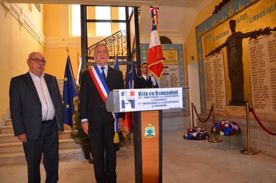 Le maire Gérard Spinelli et Lucien Bella, adjoint à l'Environnement ont déposé la gerbe au monument aux Morts.