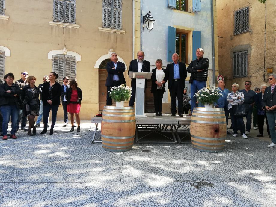 Le maire, Michaël Latz, entouré d'élus locaux, dont le conseil municipal, a évoqué les trois ans de chantier qui ont été nécessaires pour refaire la place du village.