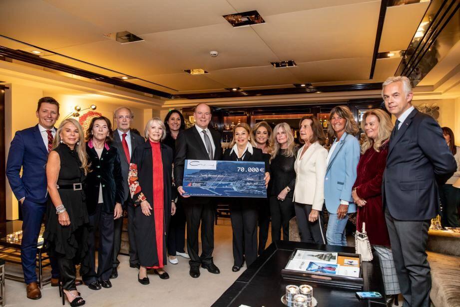 Les participantes du projet ont remis le chèque au prince Albert II afin de soutenir des projets de sa Fondation.