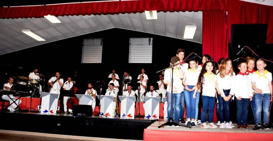 L'orchestre de la flotte a accompagné les enfants de l'école de musique londaise.