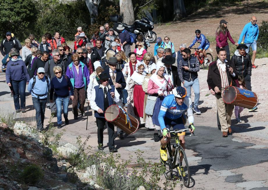 Fidèles, membres des associations de maintenance des traditions provençales en costume d'époque ont formé une procession pour grimper jusqu'à la grotte.