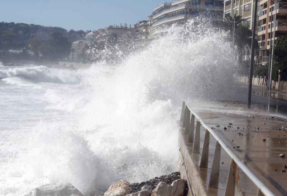 À Menton, la Promenade du Soleil a subi les assauts répétés des vagues, qui ont atteint jusqu'à 7 mètres !