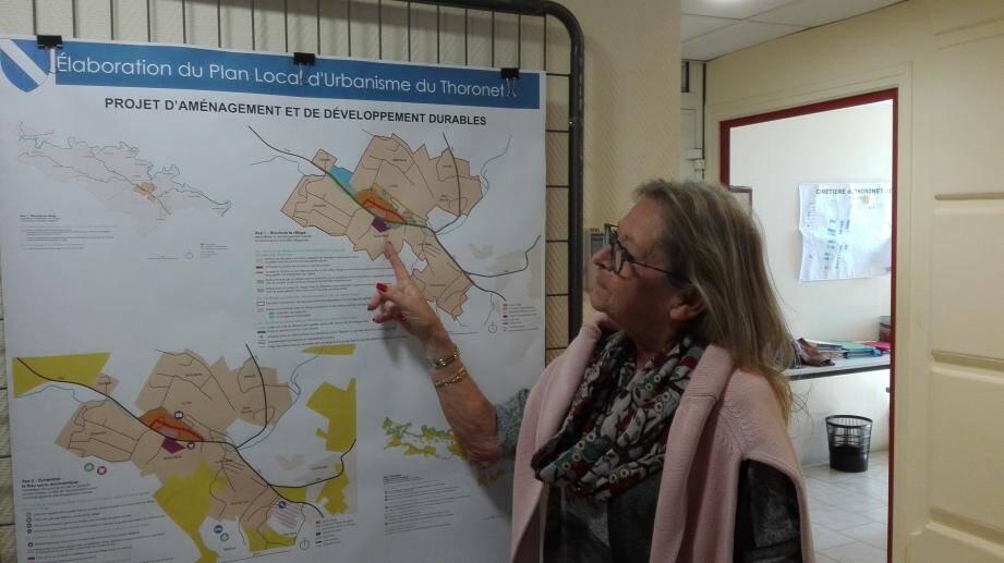 Elisabeth Dietrich, adjointe au maire qui a contribué à l'élaboration du PLU, présente le futur zonage du village.