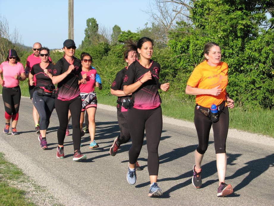 En tête de groupe, Laura et Corinne, une des coachs des Courtforest, profitent d'une ultime sortie avant le marathon de samedi. Elles y participeront au sein d'un relais à cinq.